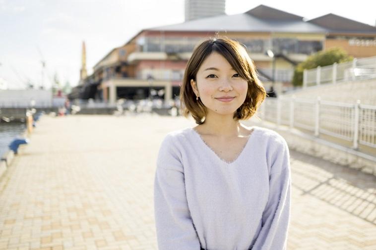 【写真】神戸の港を背景に立つ、ゆうかさん