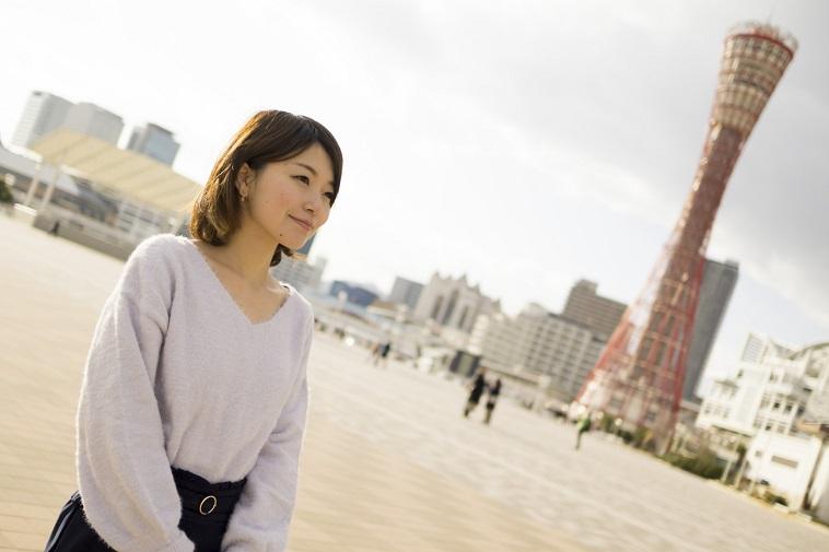 【写真】神戸のポートタワーを背景に、微笑むゆうかさん