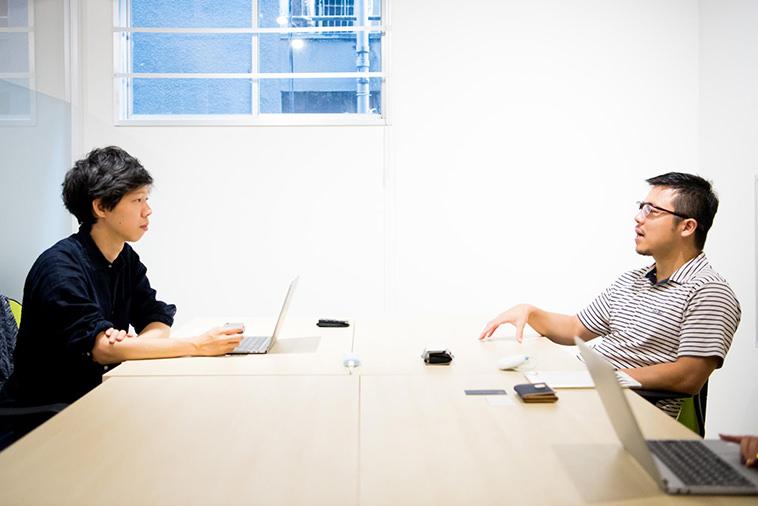 【写真】インタビューに答えるなかにしあつしさんとライターのこやまかずゆき