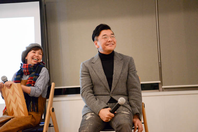 【写真】参加者らに向かって笑顔を見せる、しもがわらさんとやださん