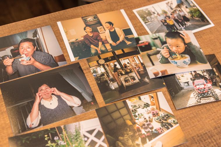 【写真】子供がご飯を食べている写真や玄関に大量の靴がある写真などがある