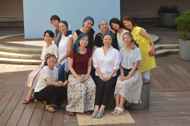【写真】ヘッドスカーフを頭につけた女性たちの集合写真