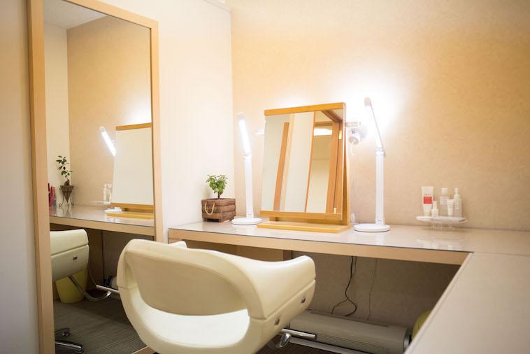 【写真】個室のメイクルームは明るいライトに照らされている