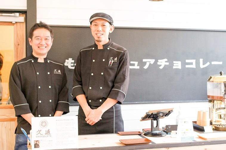 【写真】ショコラティエの制服をきて笑顔で並ぶもりのさんとしまづさん