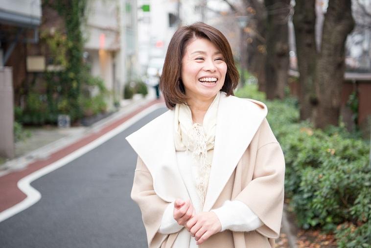 【写真】街道で笑顔で立っているあらいようこさん