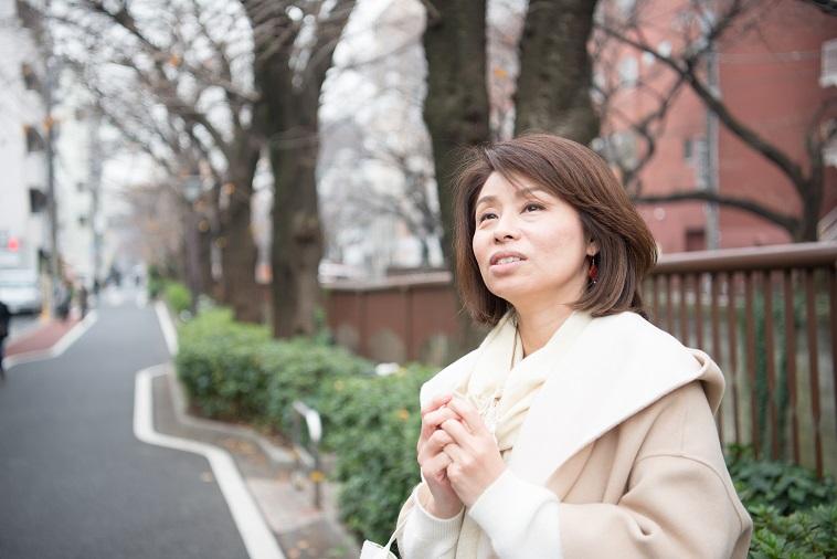 【写真】街道で遠くを見つめるあらいようこさん