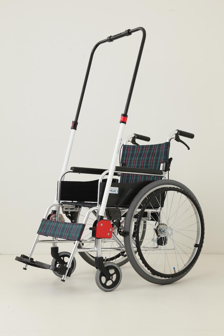 【写真】取り付けタイプのJINRIKIは、車椅子乗り降りのときはパイプを上にあげておくことができる
