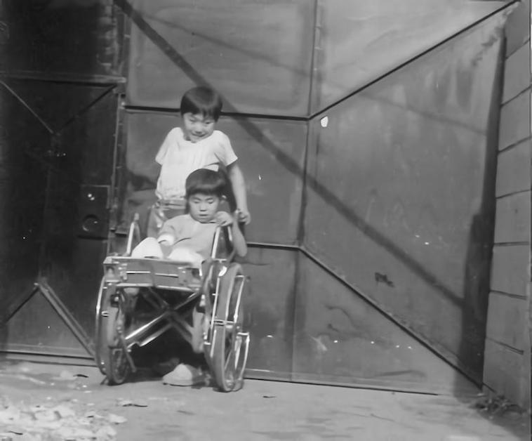 【写真】車椅子に乗る弟さんと、幼少期のなかむら社長