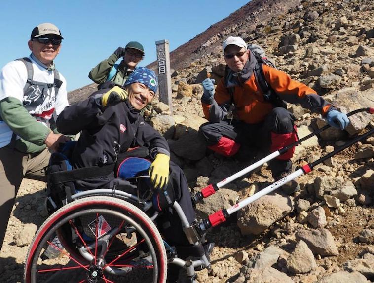 【写真】JINRIKIを使って富士山6合目までのぼった車椅子利用者とサポーター