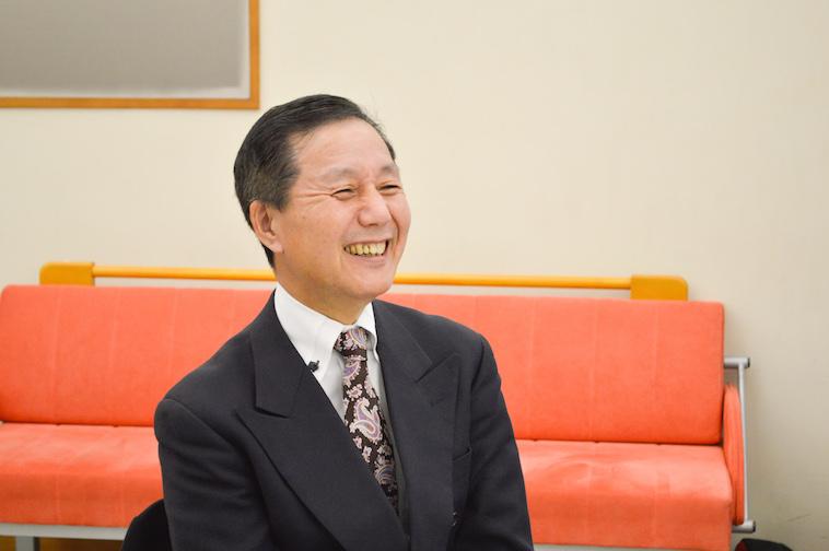 【写真】インタビューに笑顔でこたえるなかむら社長