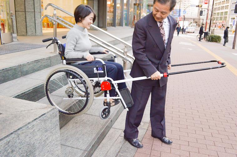 【写真】JINRIKIを取り付けた車椅子で階段を降りる
