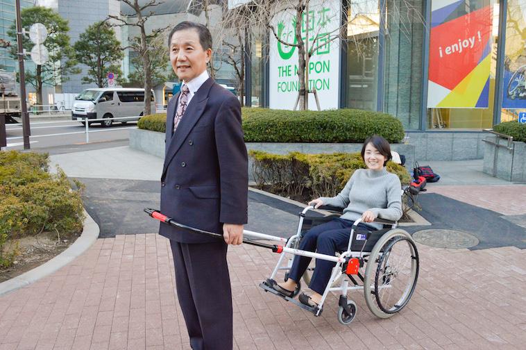 【写真】インタビュアーを乗せた車椅子を引っ張るなかむら社長