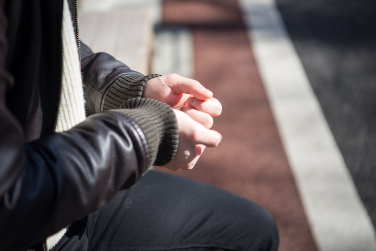 【写真】両手を重ねながら話すやまぐちさん