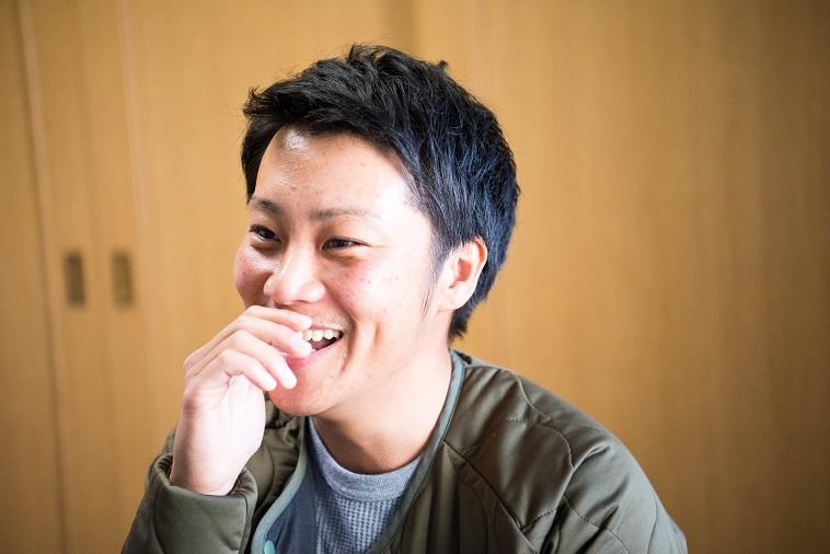 【写真】笑顔でインタビューに答えるいのうえけんとさん