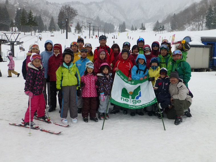 【写真】スキー場で集合写真を撮るつばさの会メンバー