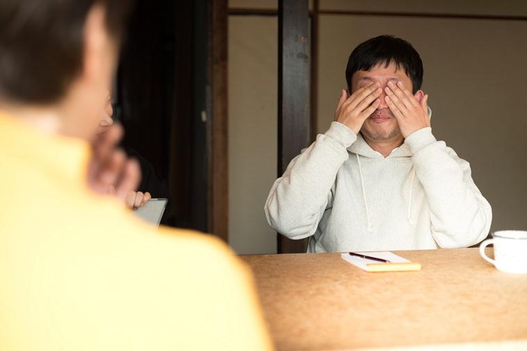 【写真】涙を手で拭うおおたなおきさん