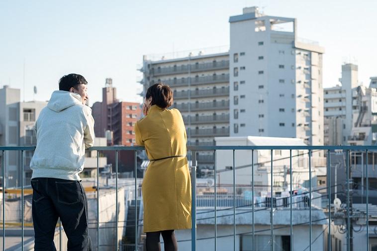 【写真】屋上で楽しそうに話すこばやしりょうこさんとおおたなおきさん