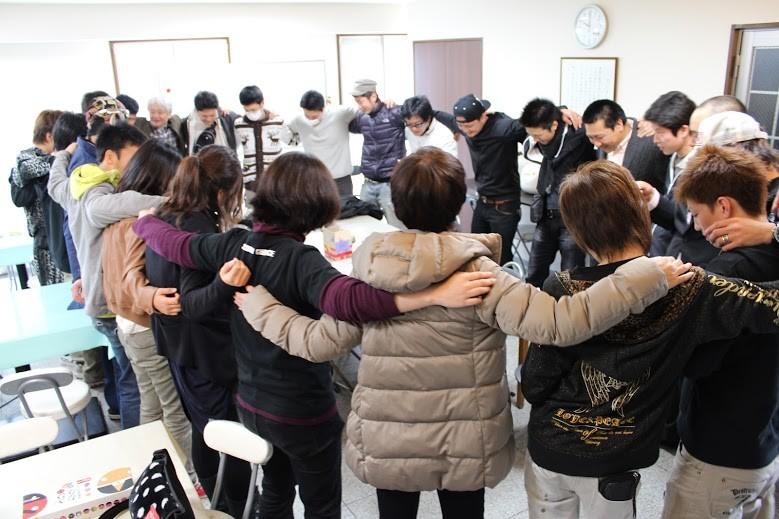 【写真】肩を組み円陣になって一つになるセカンドチャンスのメンバー