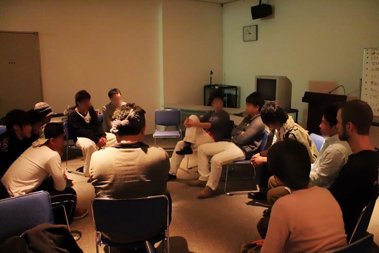 【写真】お互いの顔が見えるように座って話をする交流会参加者
