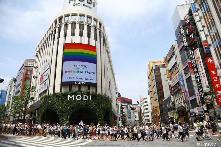 【写真】渋谷の道路をとても大勢の人が歩いている。