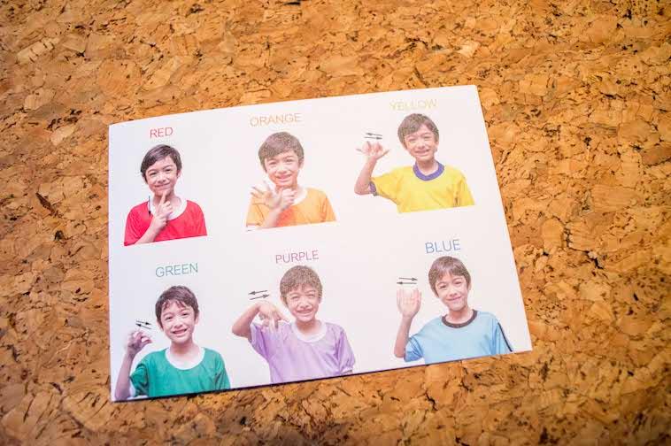【写真】英語教材。色に関する手話について説明する写真が並べられている