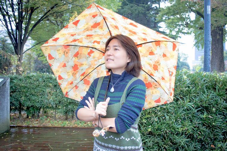 【写真】屋外での写真。傘をさしたそでやまさんが立っている
