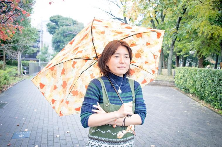 【写真】傘を握り、前を向いているそでやまさん