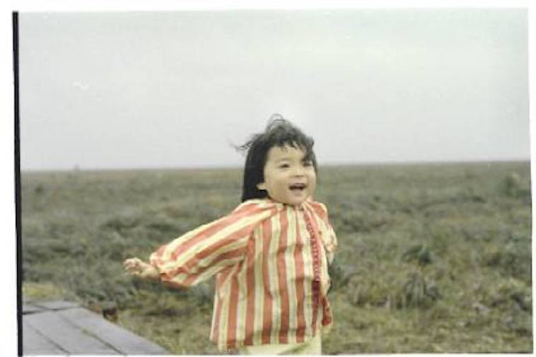 【写真】幼い頃のそでやまさん。両手を広げて笑顔を見せている