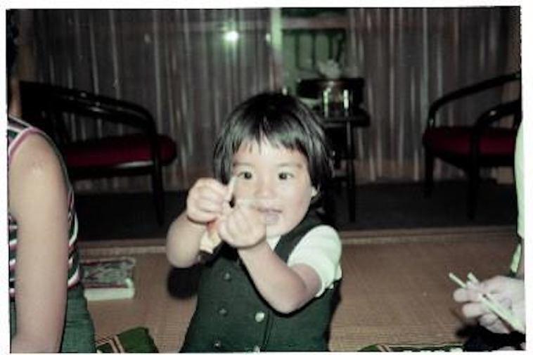 【写真】手遊びをする、幼い頃のそでやまさん
