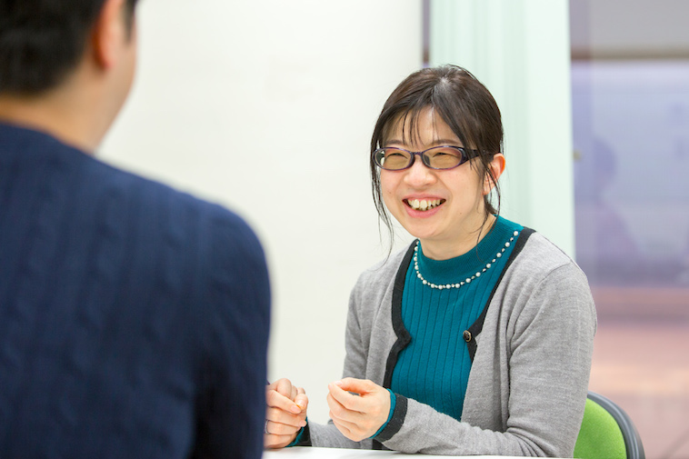 【写真】笑顔でインタビューに答えるしらさわまゆみ先生