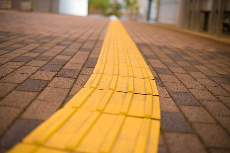 【写真】道に敷かれている点字ブロック