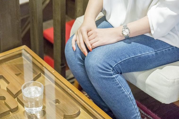 【写真】椅子に腰掛けるこばやしさん