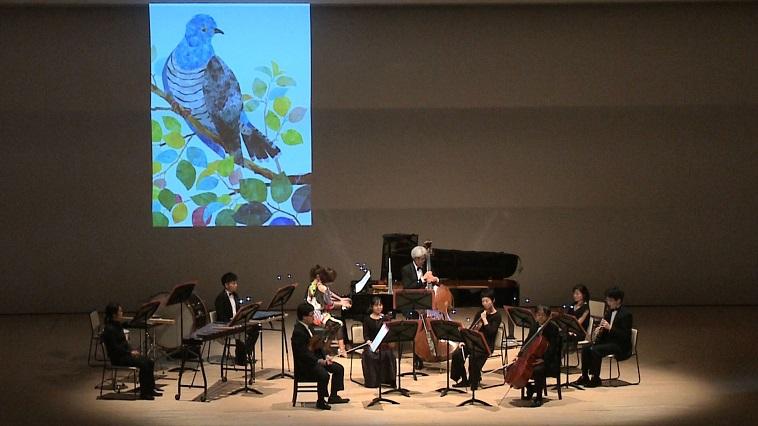【写真】舞台上で演奏の準備をするオーケストラ