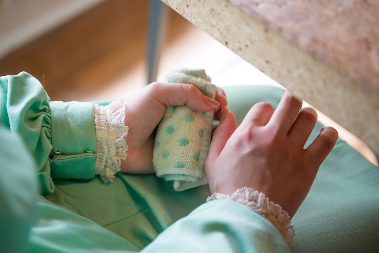 【写真】タオルを握りしめるもりやさんの手