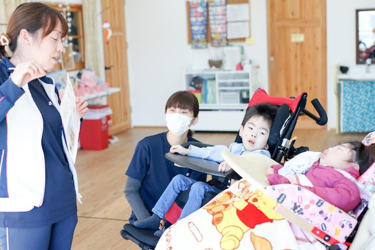【写真】お子さんたちに話しかけているスタッフ