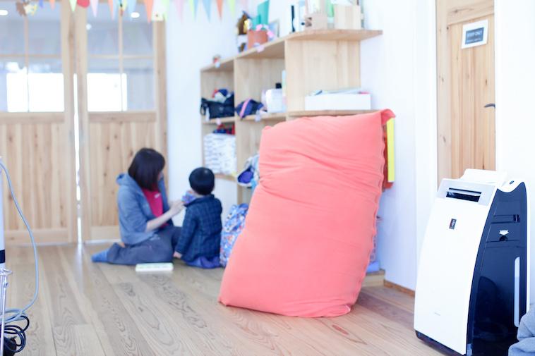 【写真】木製の棚や扉が暖かい空気を作り出している