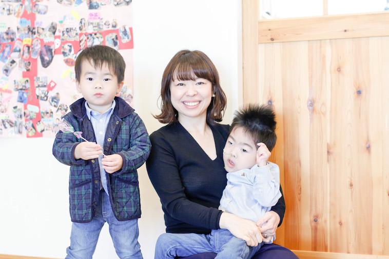 【写真】笑顔のはやさかまりさんと二人の息子さんのしゅんたろうくんとれいじろうくん