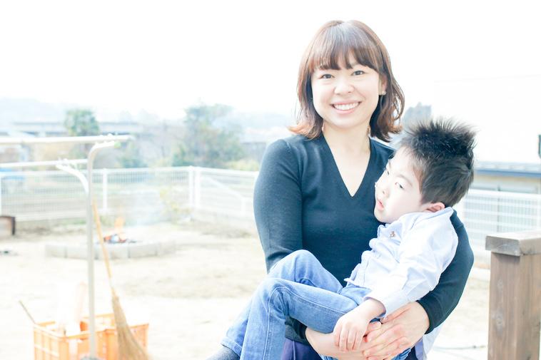 【写真】しゅんたろうくんを笑顔で抱いているはやさかまりさん