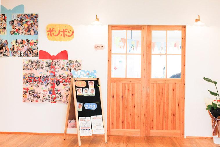 【写真】木製の扉やとても多くの写真が壁に貼られており、とても楽しそうだ。