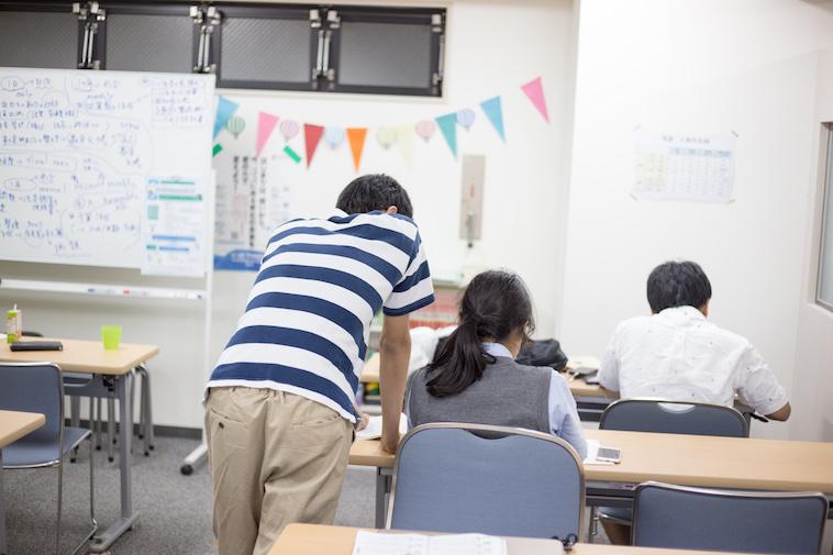 【写真】生徒とスタッフで共に学習を進める