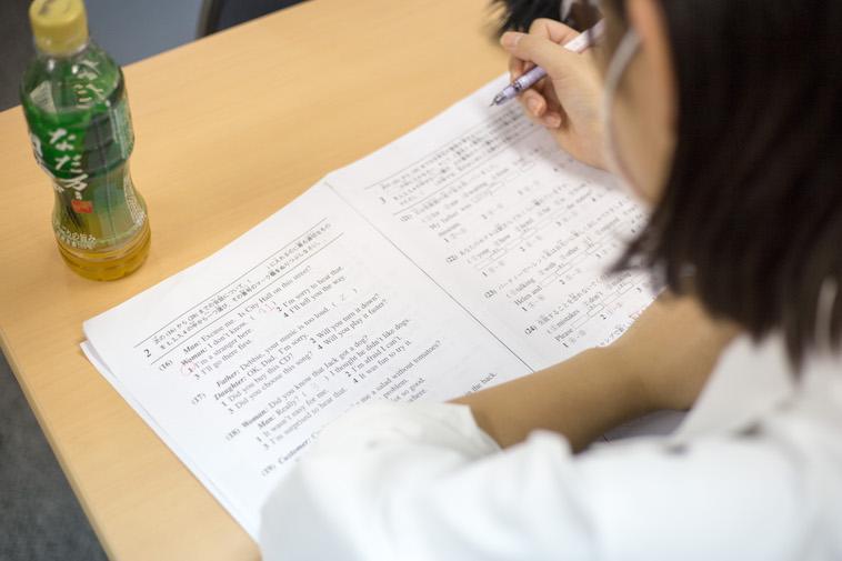 【写真】生徒がプリントに書かれた問題に取り組んでいる