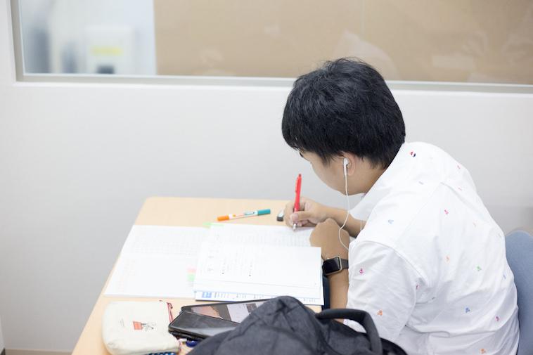 【写真】イヤフォンをして集中して学習に取り組む生徒