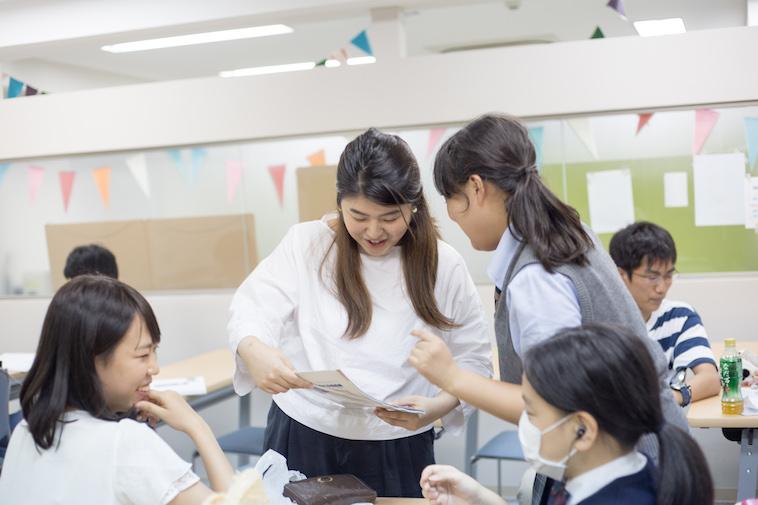 【写真】嬉しそうにこすぎますみさんに話しかける生徒