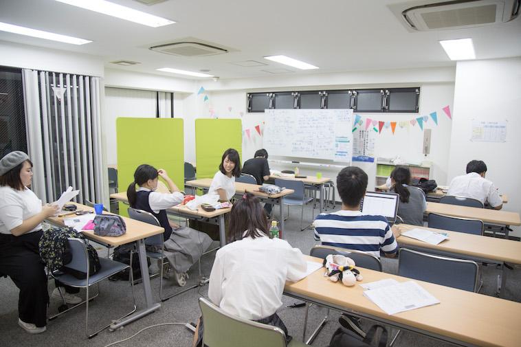 【写真】スタッフと話をする生徒、一人で集中して学習に取り組む生徒など、それぞれが自由に過ごしている