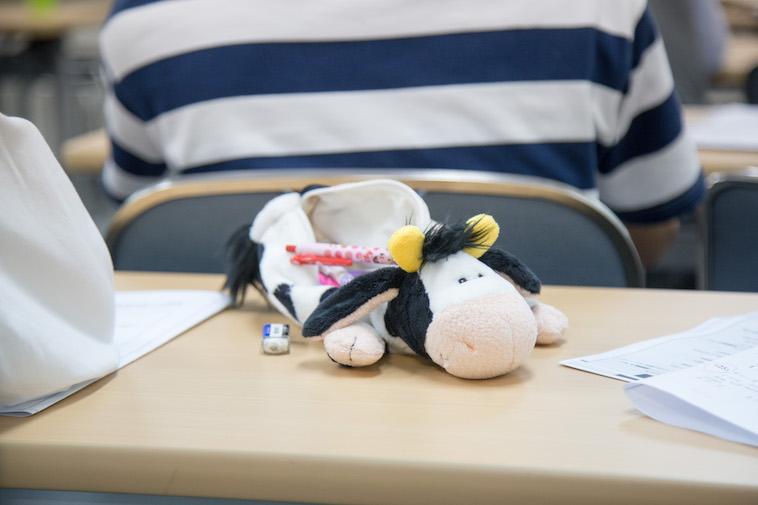 【写真】学習に取り組む生徒の筆箱。牛のぬいぐるみのような形をしている