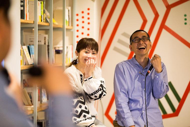 【写真】工房まるのお2人の話を聞き、大笑いするにしむらさんとくどう