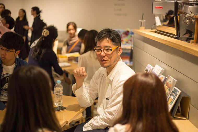 【写真】参加者のグループに入り会話を楽しむよしださん
