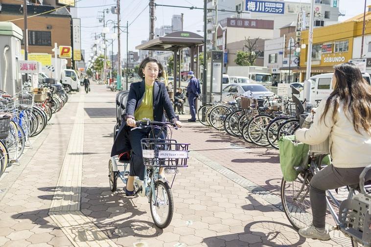 【写真】ふたごじてんしゃに乗って街道を走るなかはらみちこさん