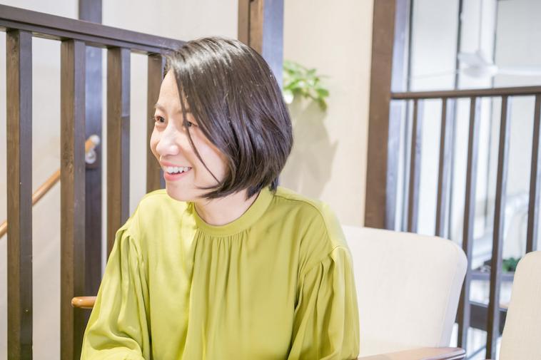 【写真】笑顔でインタビューに答えるなかはらみちこさん