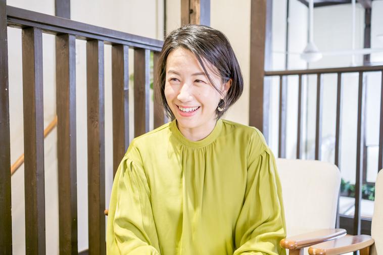 【写真】微笑んでインタビューに答えるなかはらみちこさん
